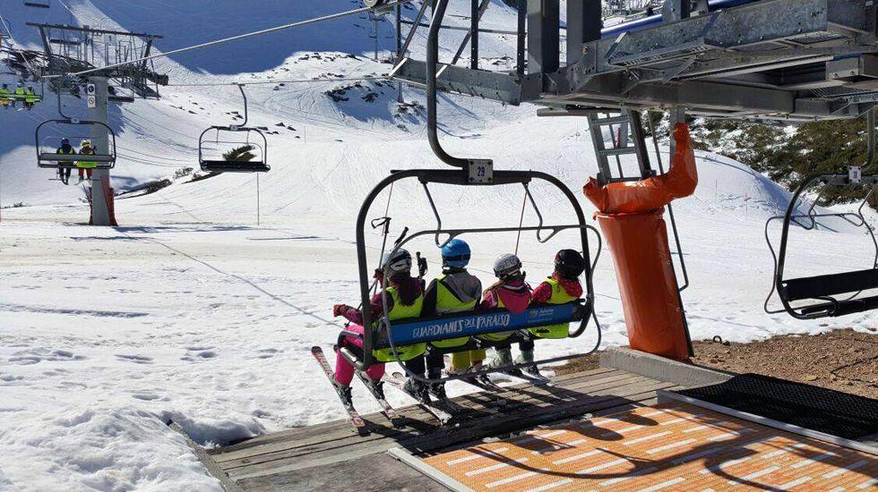 Esquiadores en la telesilla de Fuentes de Invierno