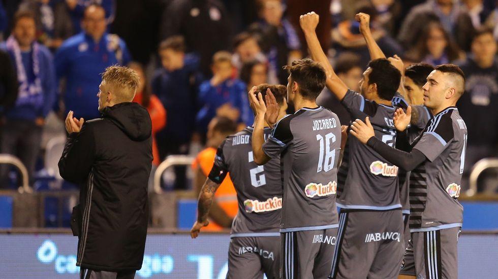 Afición y jugadores celebran el triunfo en Riazor