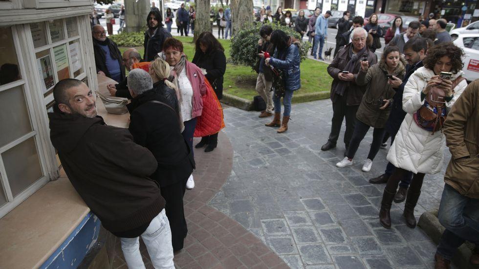 Colas en el Kiosko de la plaza de Ourensepara sacar las entradas para Joaquín Sabina