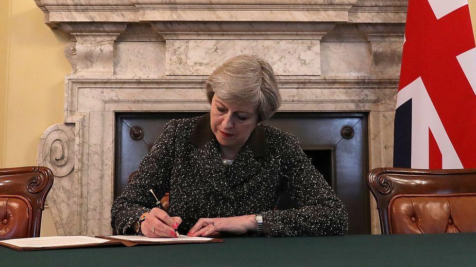 La histórica firma que pone fin a 44 años de relación entre Londres y Bruselas