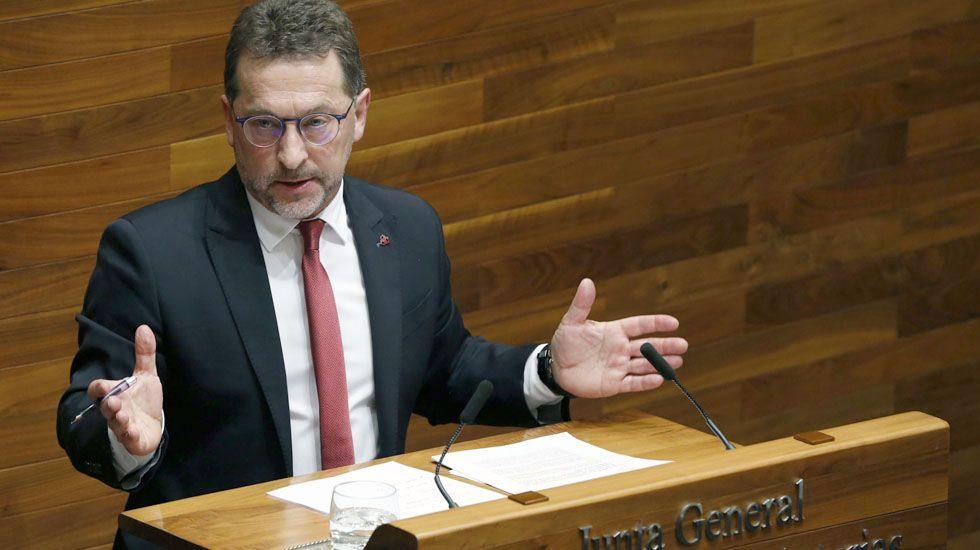 El consejero de Educación, Genaro Alonso, en la tribuna de la Junta General
