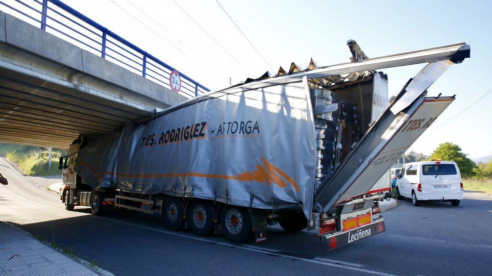 Camión atrapado en el paso inferior de tren de Alba