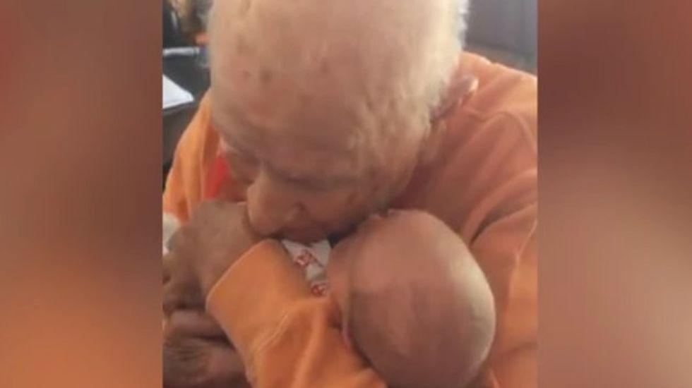 El emotivo encuentro entre un centenario y su bisnieto que te hará llorar