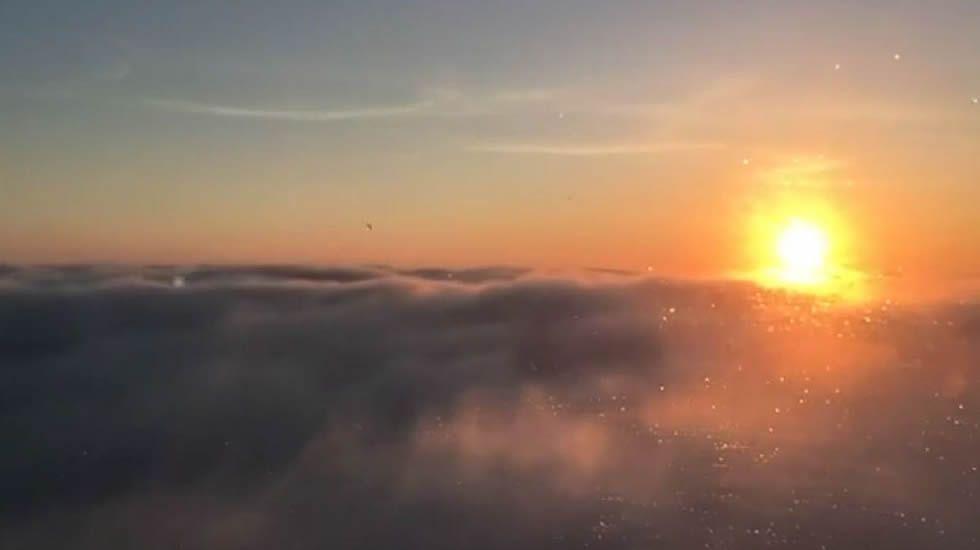 El amanecer en A Mariña visto desde las nubes