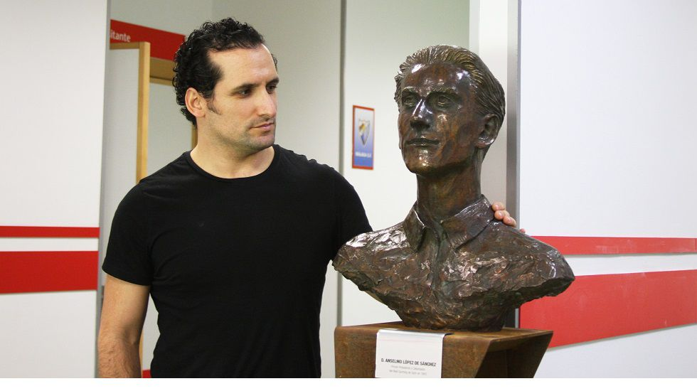 Carlos García posa con el busto de Anselmo López