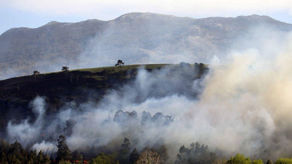 Uno de los incendios forestales registrado hoy en el concejo asturiano de Llanes y en cuya extinción están trabajando los Bomberos del Servicio de Emergencias del Principado (SEPA)