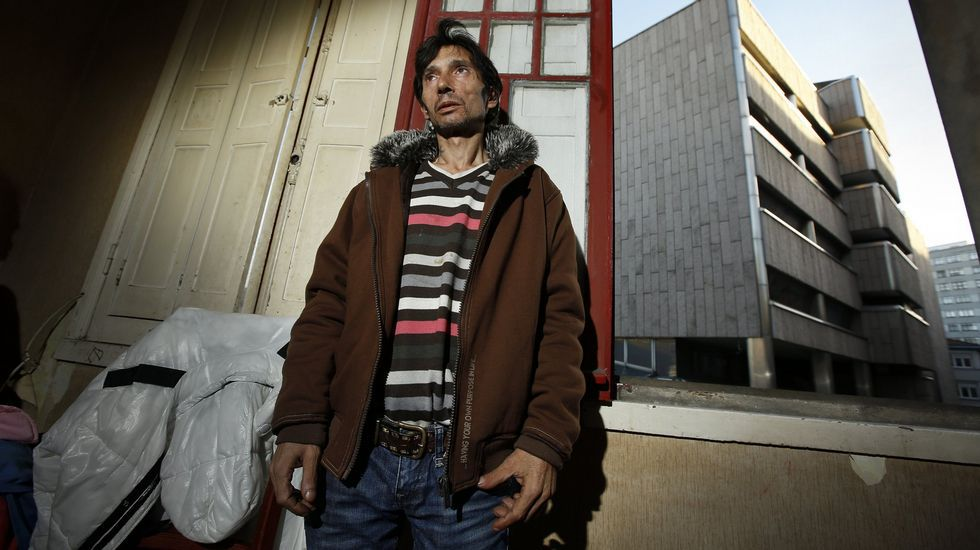 El okupa de un edificio frente a los juzgados: «no me voy salvo que me den una casa»