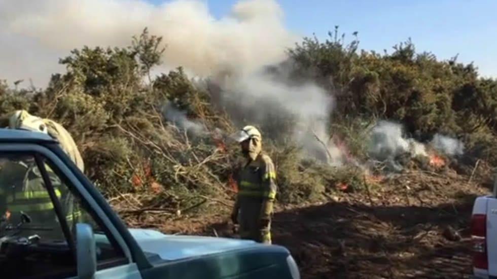 El fuego cercó las casas en Covas (Ferrol)