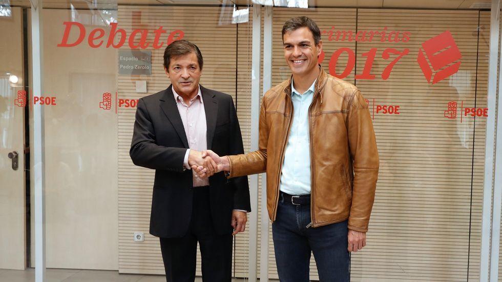 Sánchez, recibido por el presidente de la gestora socialista, Javier Fernández.