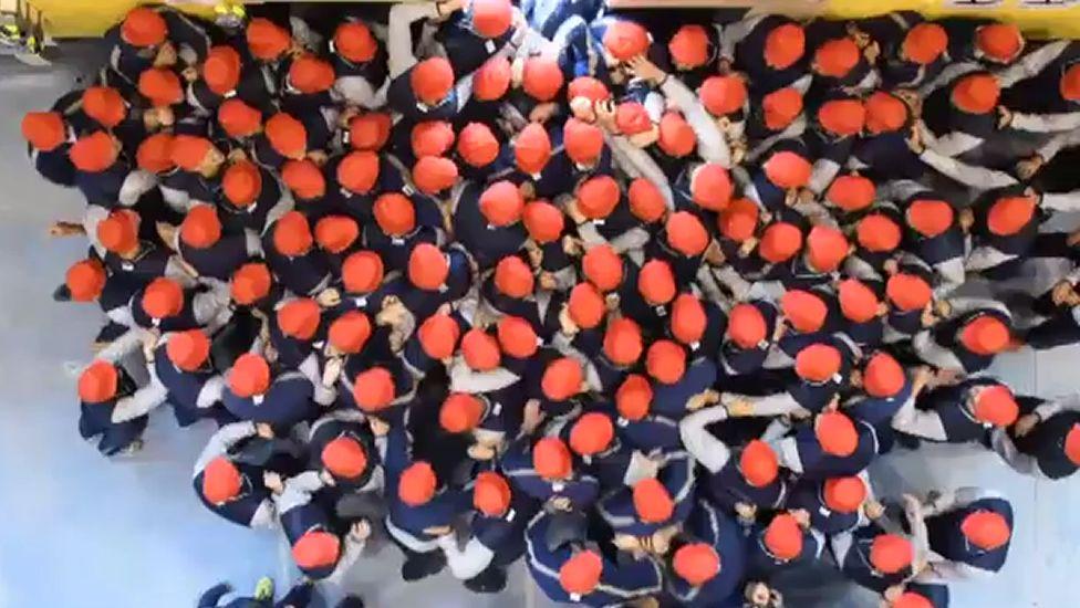 Militares a empujones para prevenir avalanchas humanas