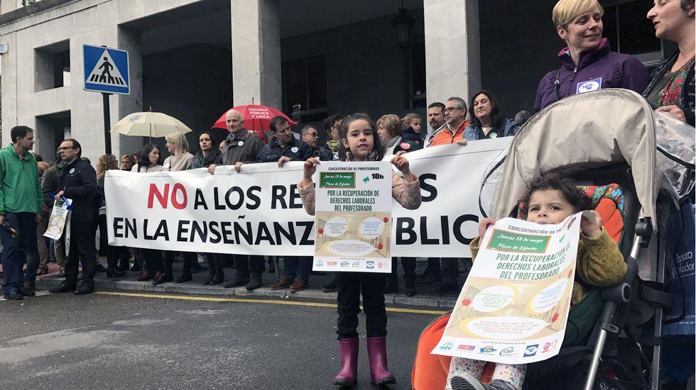 Concentración de los sindicatos docentes para exigir a la Consejería de Educación la recuperación de los derechos previos a la crisis