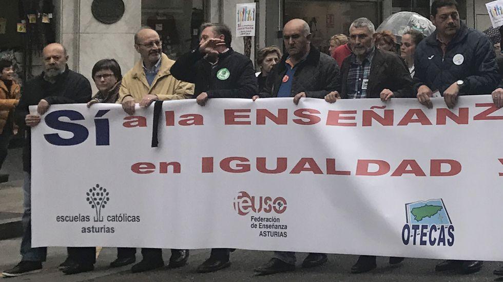 La cabecera de la manifestación de la concertada, con Carlos Robla y José María Alvira, por la izquierda