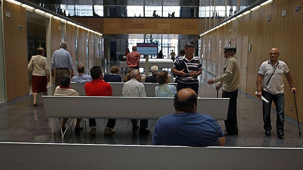 Pacientes en la sala de espera del HUCA
