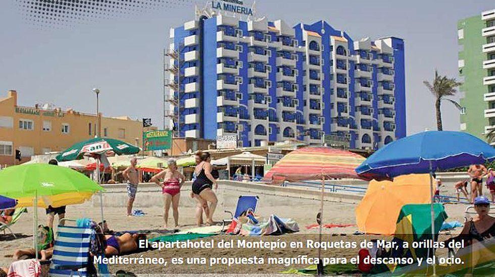 Página de la revista del Moontepío con imágenes del apartahotel de Roquetas de Mar