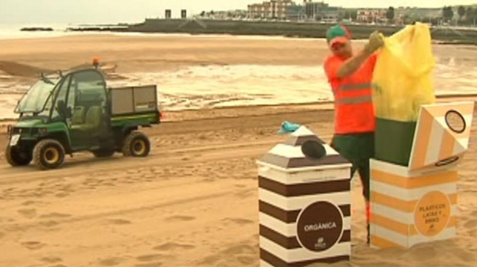 Un  operario de limpieza en la playa de San Lorenzo
