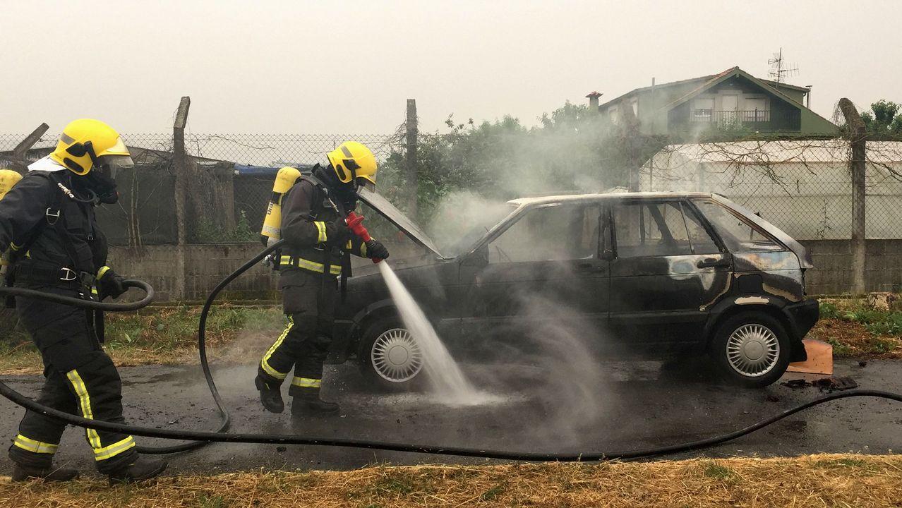 Le arde el coche mientras lo conducía cerca de Monforte
