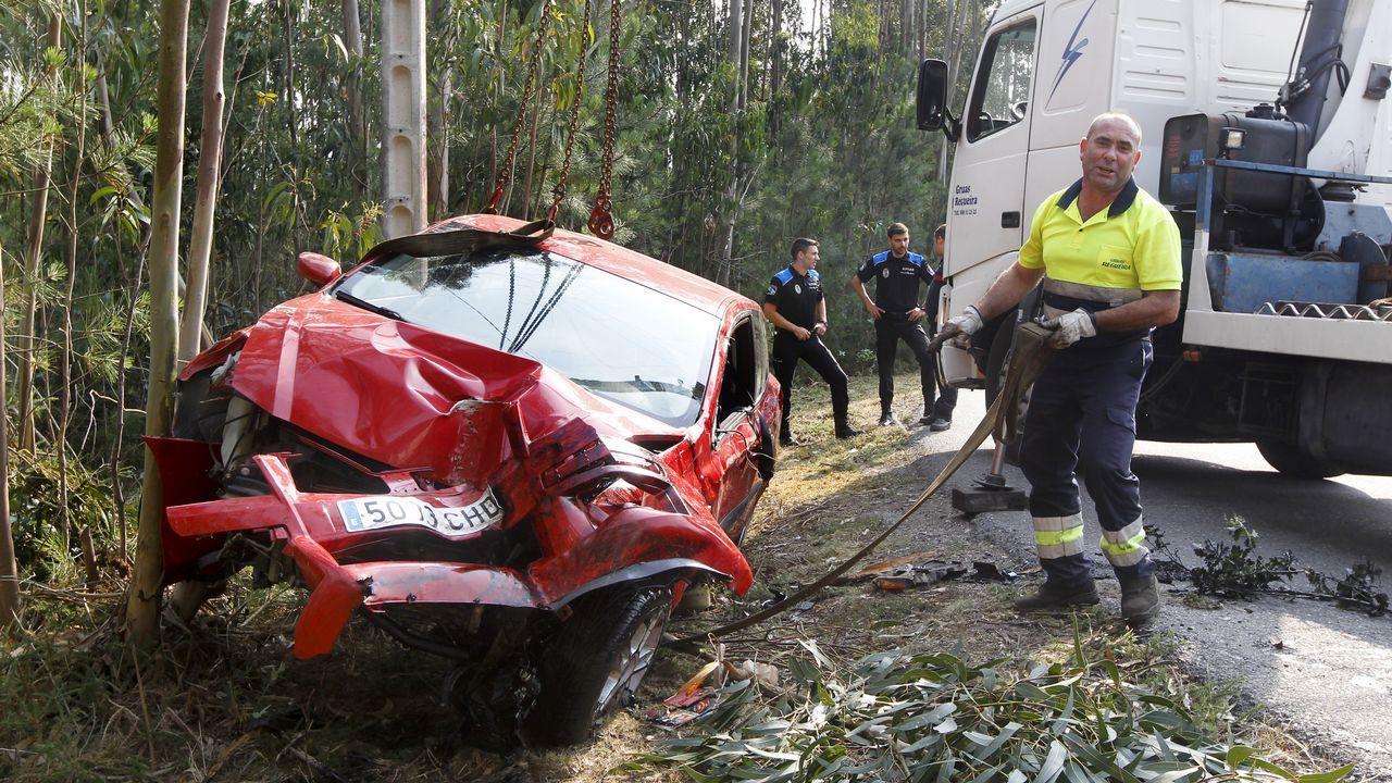 La grúa retira un coche que se salió de la carretera en Xiabre