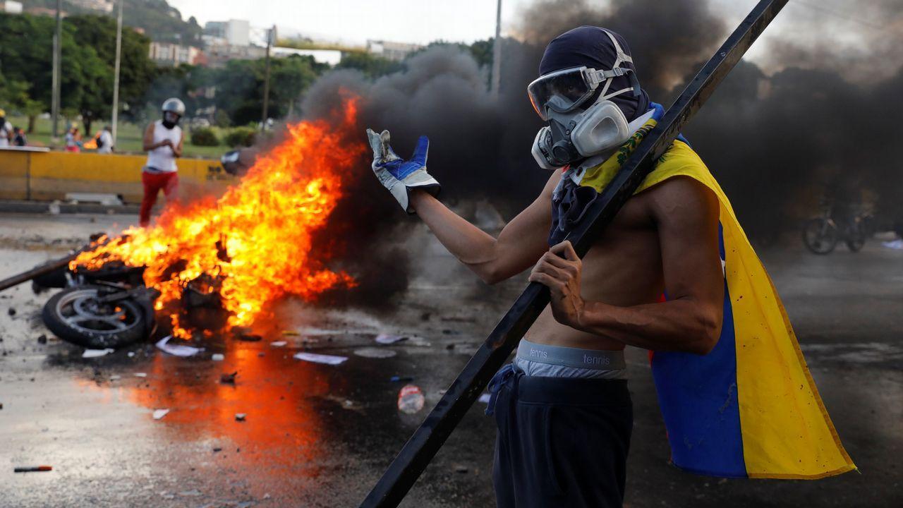 Un opositor durante los enfrentamientos contra el Gobierno del presidente venezolano, Nicolás Maduro