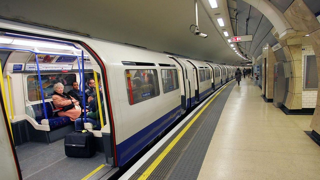 Una maquinista de metro se deja el micr fono encendido y - La maquinista metro ...