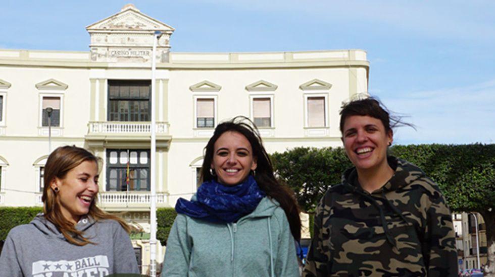Voluntarias de Harraga en un fragmento del cartel retirado de las calles de Gijón