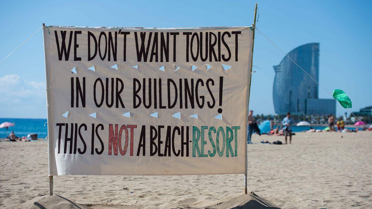 Los vecinos de la Barceloneta protestan por los actos incívicos de los turistas