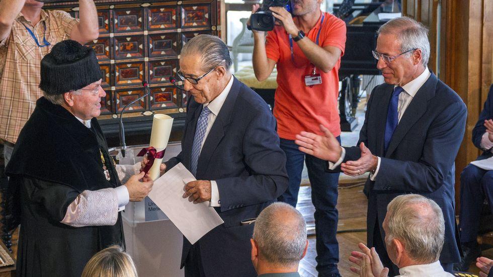 Juan Velarde recibe de manos del rector de la UIMP, Cesar Nombela el XXXI Premio Internacional Menéndez Pelayo en Santander