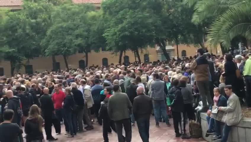 Colas para votar en la Escuela Industrial, en Barcelona