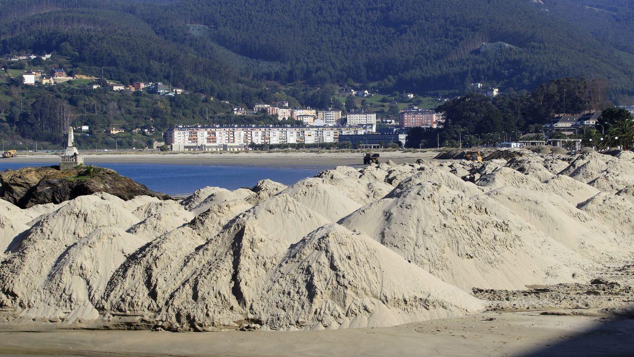 Trasvase de arena en la playa de Covas