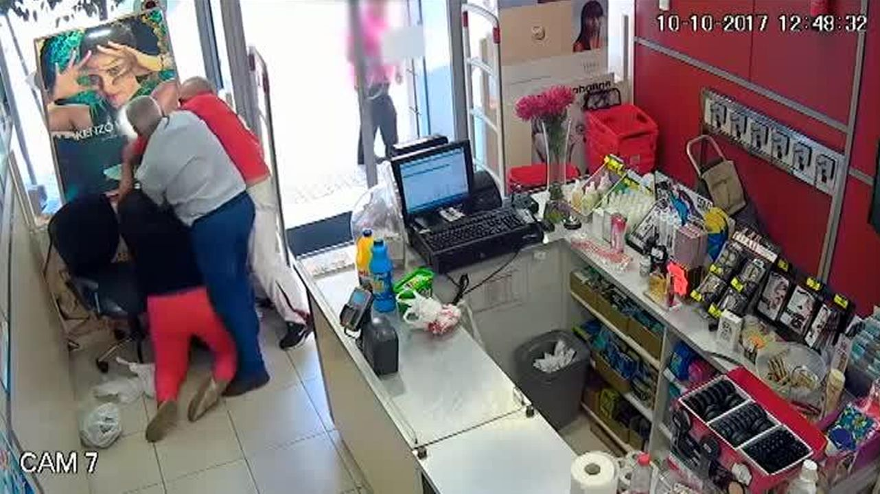 Varios clientes evitan un atraco a mano armada en una perfumería