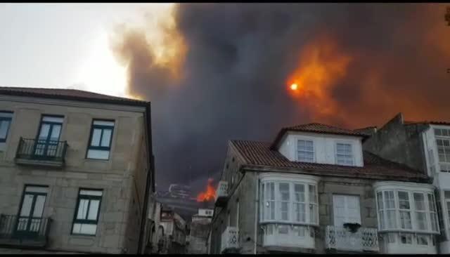 Las llamas llegan al Parador de Baiona