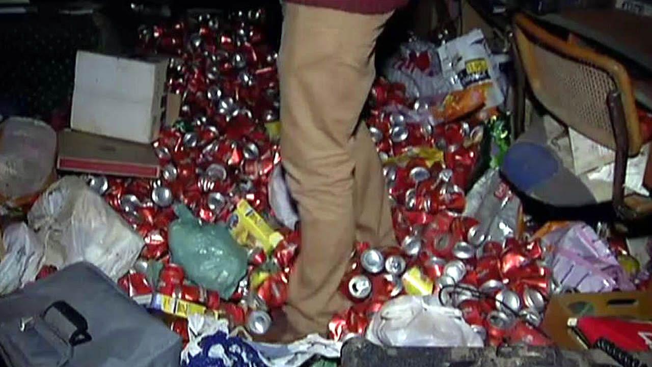 Deja en su piso de alquiler más de 4.000 latas vacías de cerveza