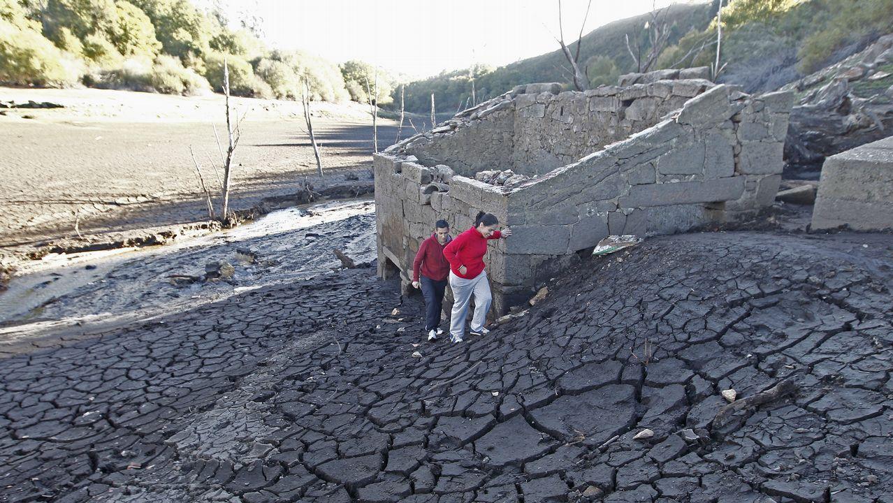 La lluvia no frena la caída de agua embalsada