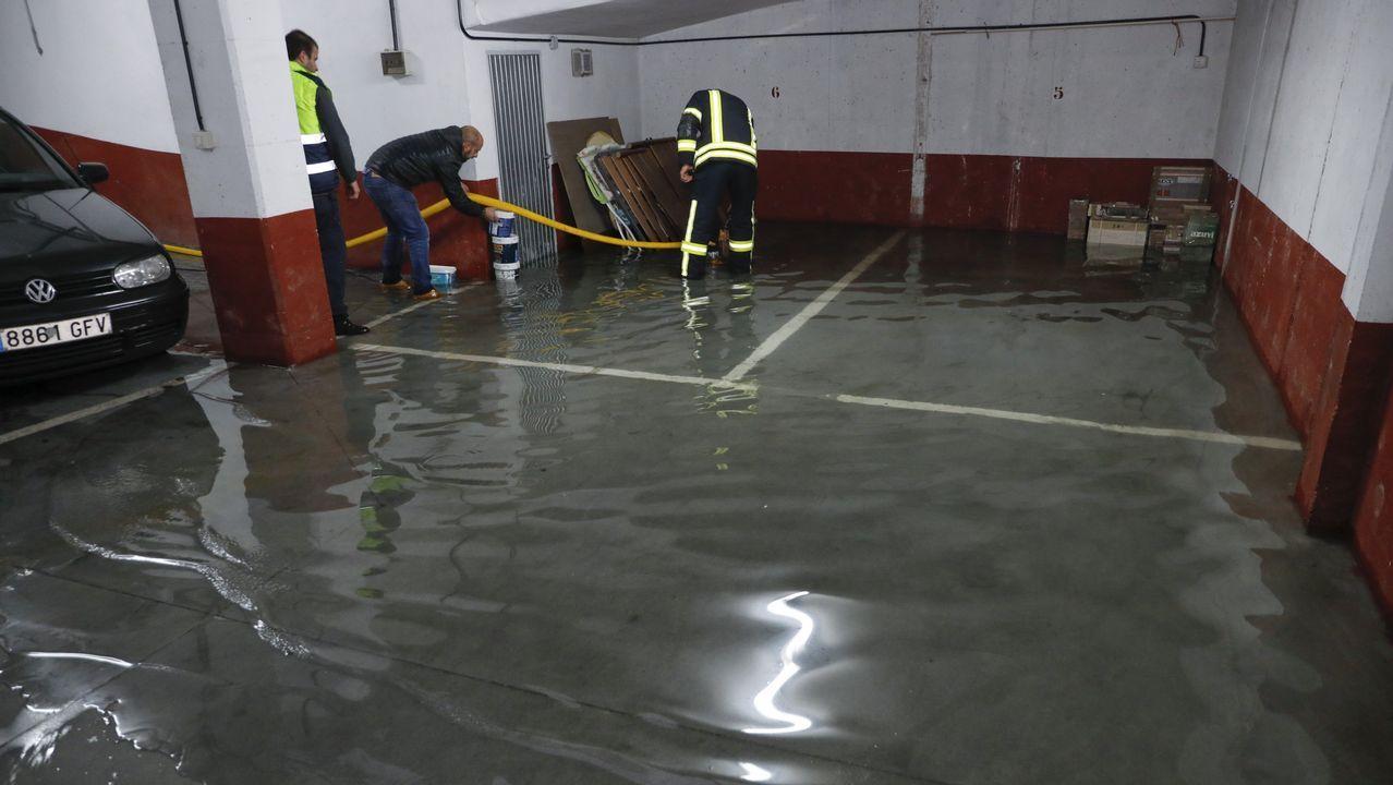 Inundaciones en el edificio número 46 de Rua do Pomar a causa de una rotura de tubería en de agua en la calle a las once de la mañana