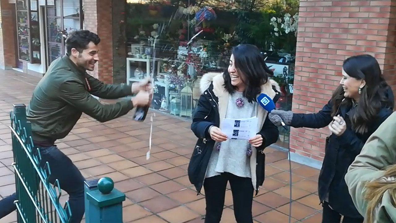 Los ganadores de un tercer premio de la Lotería de Navidad en Gijón celebran su buena suerte
