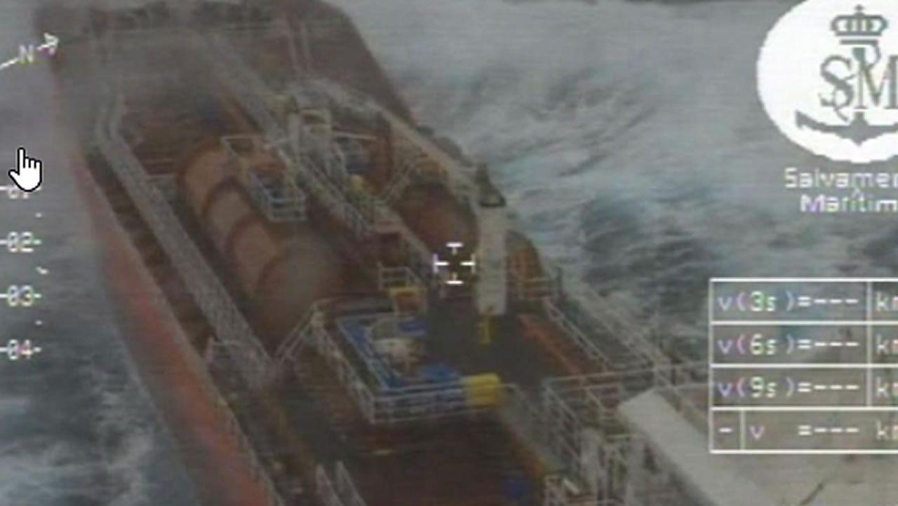 Evacuación desde el aire entre olas de 7 metros