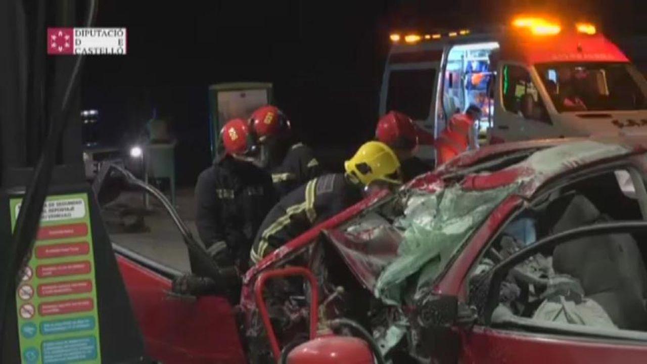 Así fue la intervención de los Bomberos de Castellón del coche empotrado contra una gasolinera