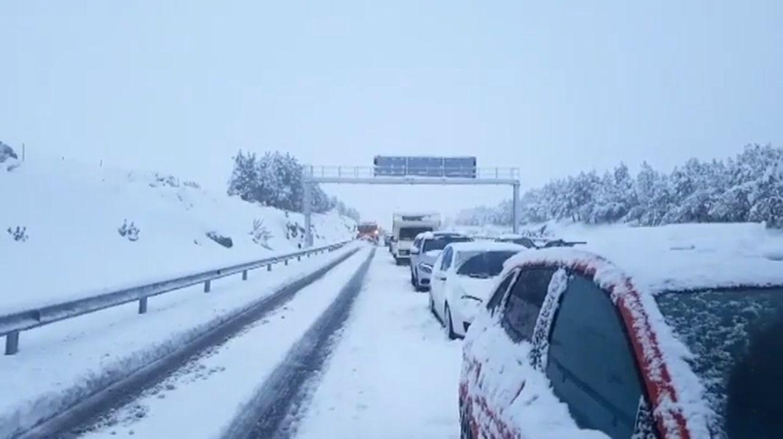¿Tú no llevas una pala para la nieve en el coche?