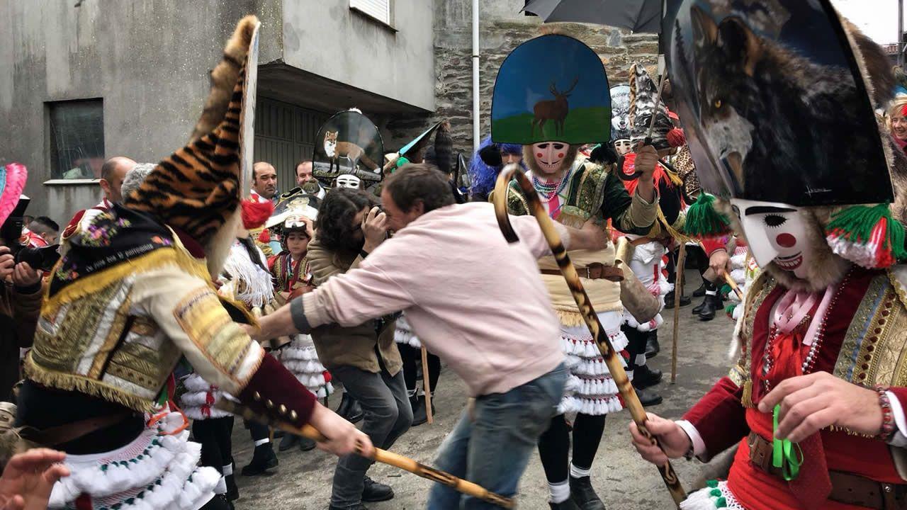 Los desfiles de disfraces protagonizan un lluvioso sábado de Carnaval
