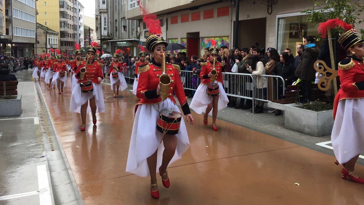 El desfile del carnaval de Foz atrae multitudes