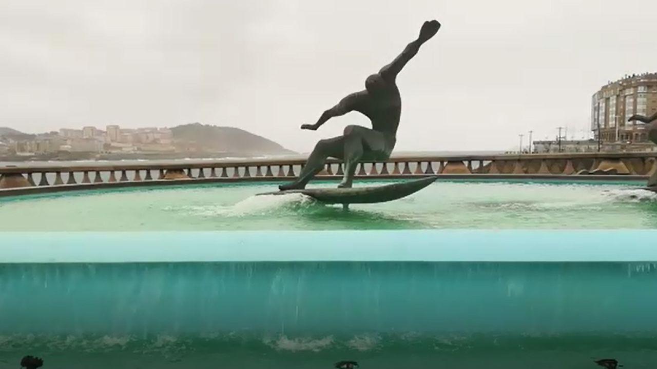 La fuente de los surfistas vuelve a tener agua