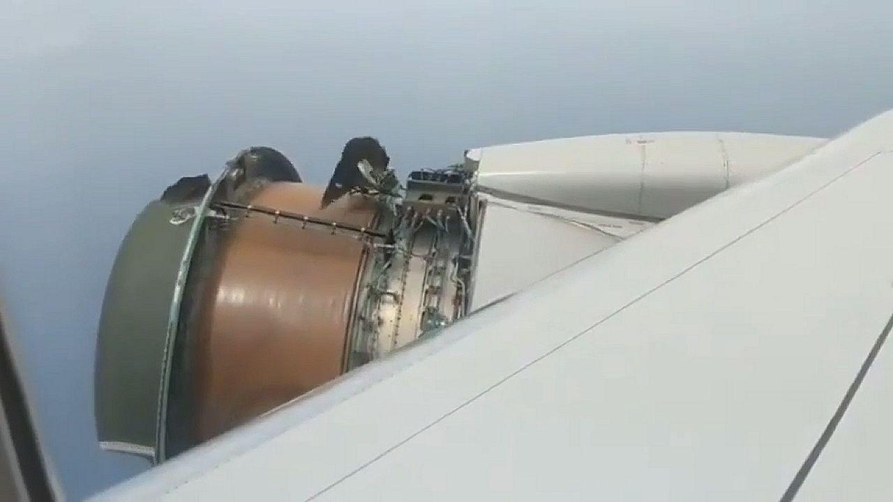Pánico a bordo de un avión al desprenderse parte del motor