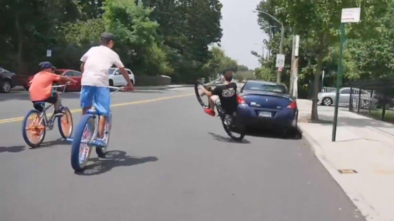 «Esquiva el coche», jóvenes ciclistas jugándose un accidente