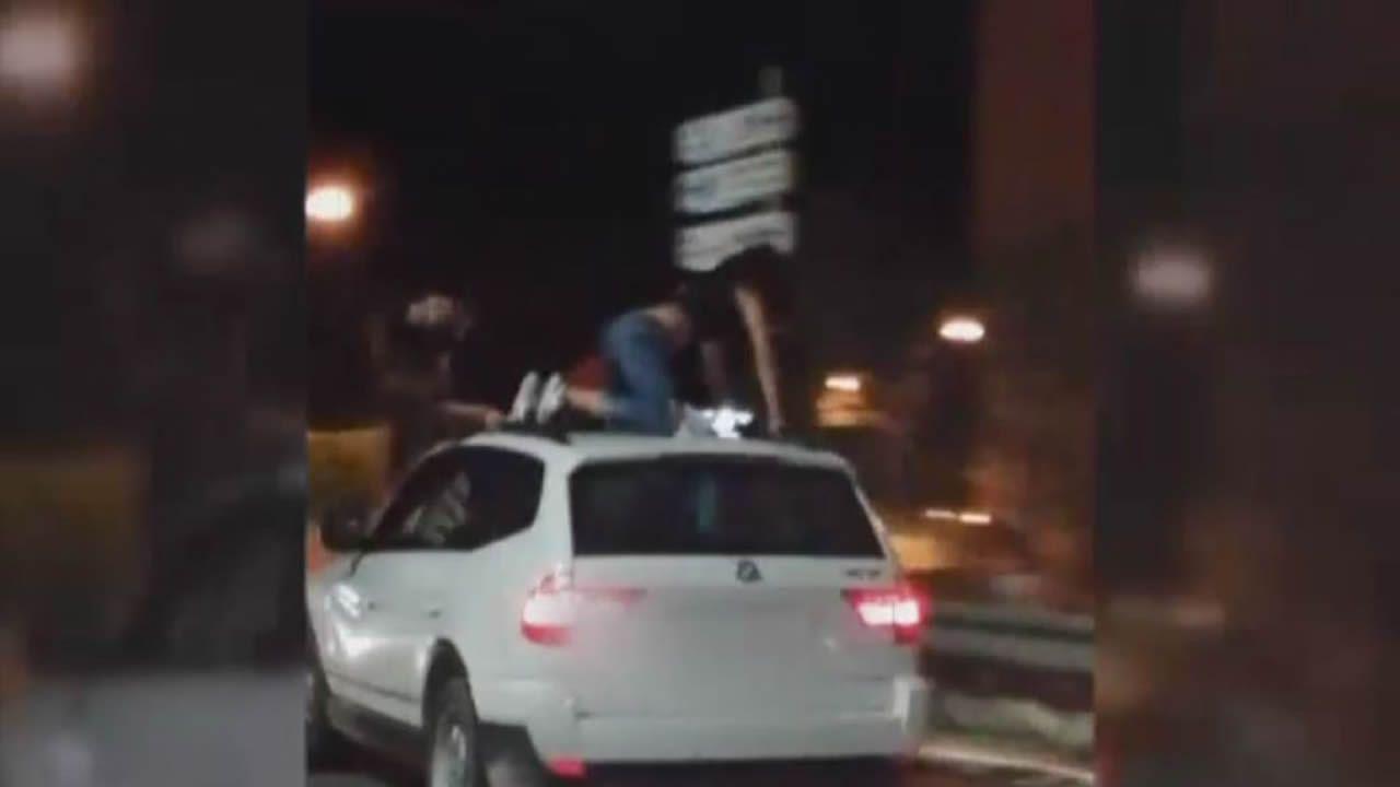 Pillan a dos jóvenes bailando sobre el techo de un coche en marcha