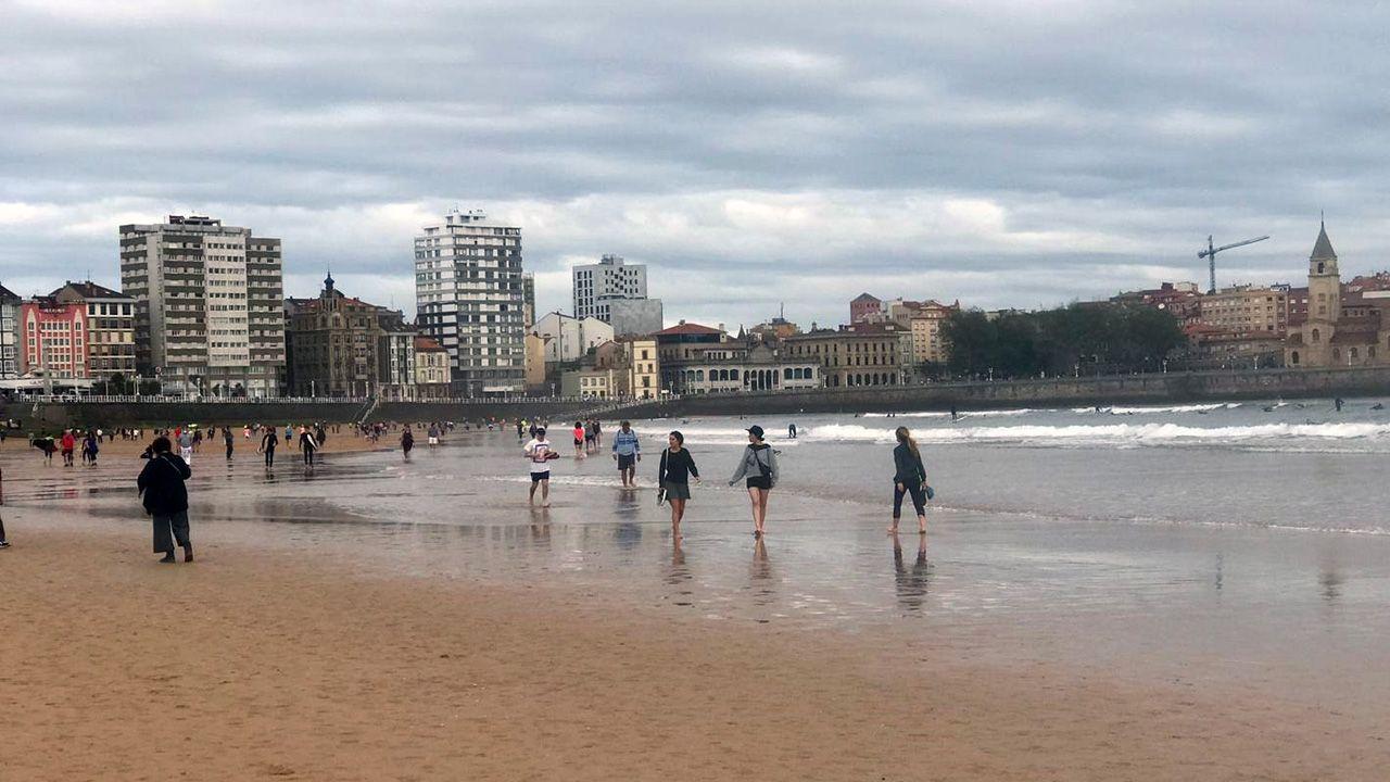 Así está la playa y el Muro de Gijón a las 9 de la mañana
