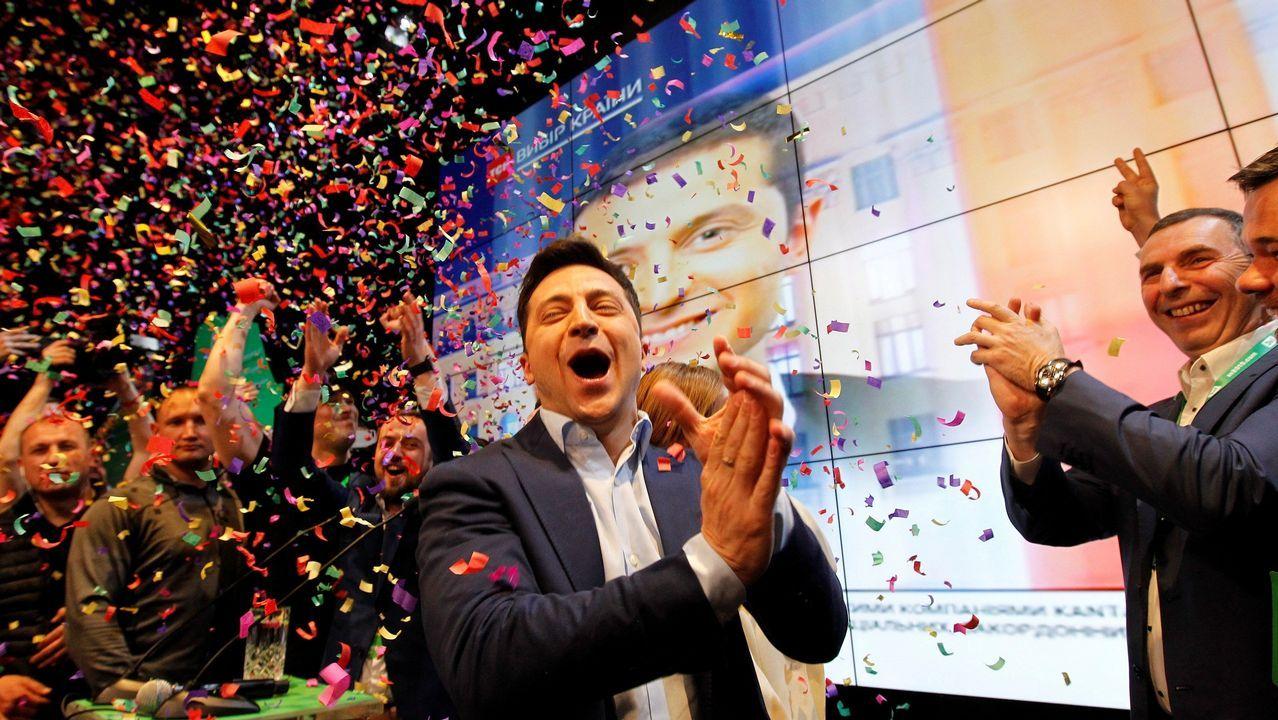 El actor y humorista Volodímir Zelenski celebra los resultados con miembros de su partido