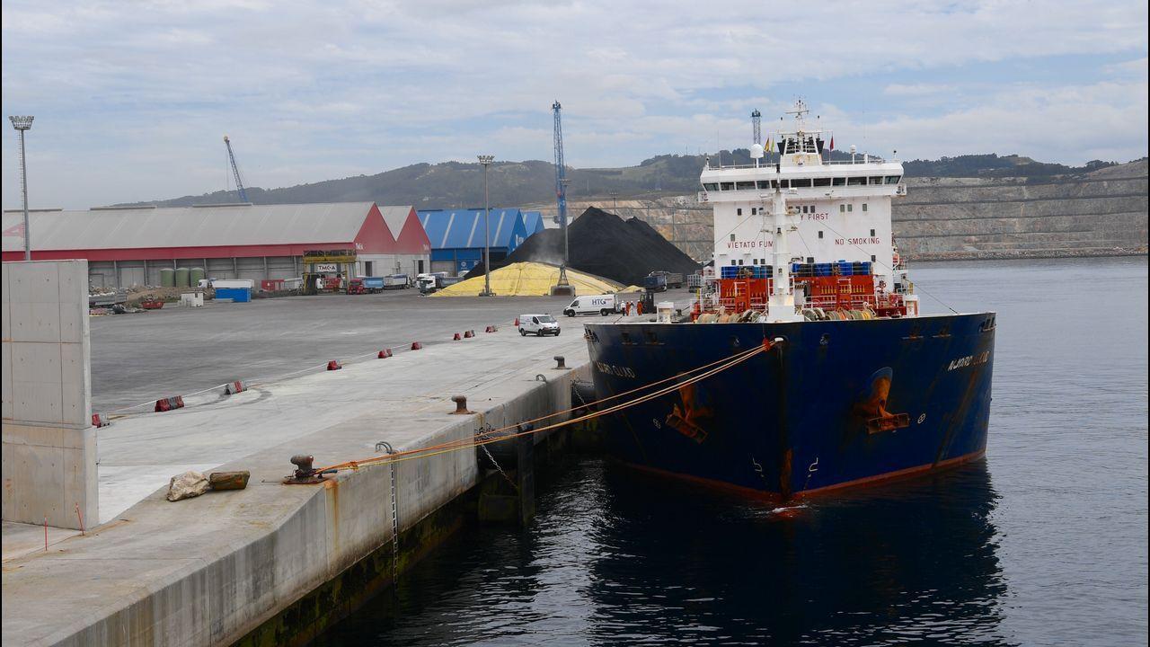 El buque averiado Njord Cloud atracado en punta Langosteira
