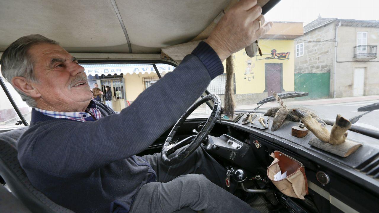 Un lugués tunea un coche del 72 con dientes de jabalí, patas de corzo y «escornabois».