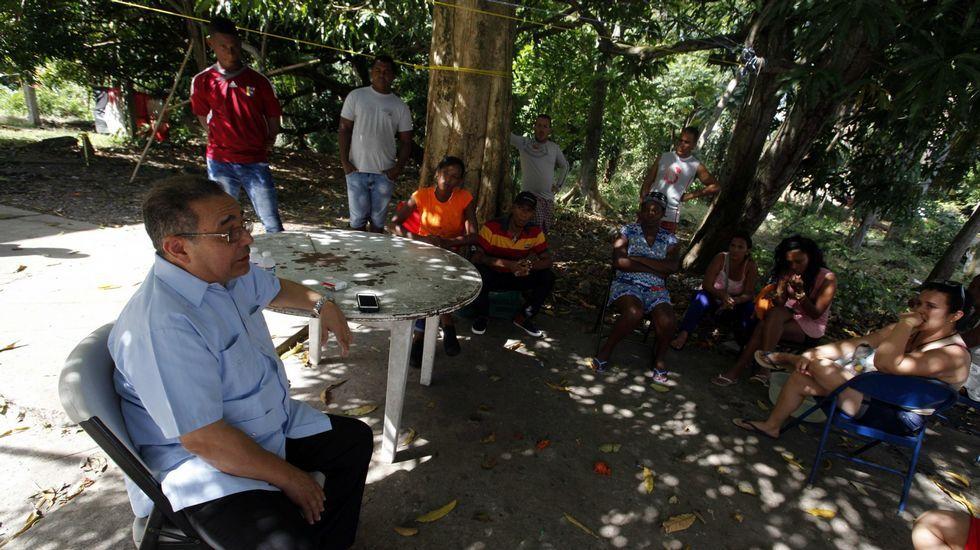 .El director en Panamá de la Pastoral Social Cáritas, Víctor Berrío, conversa con un grupo de cubanos en un refugio de la institución.