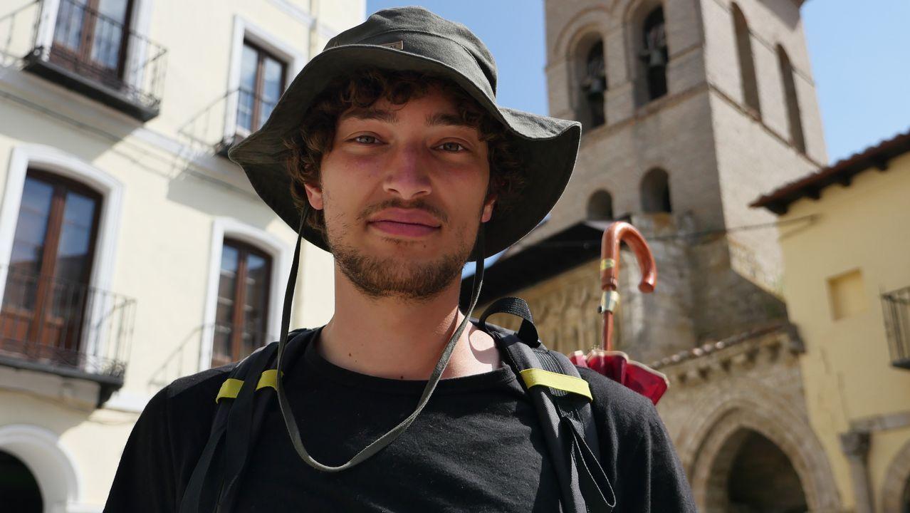 Este peregrino francés, equipado con un paraguas, a su paso por Carrión de los Condes