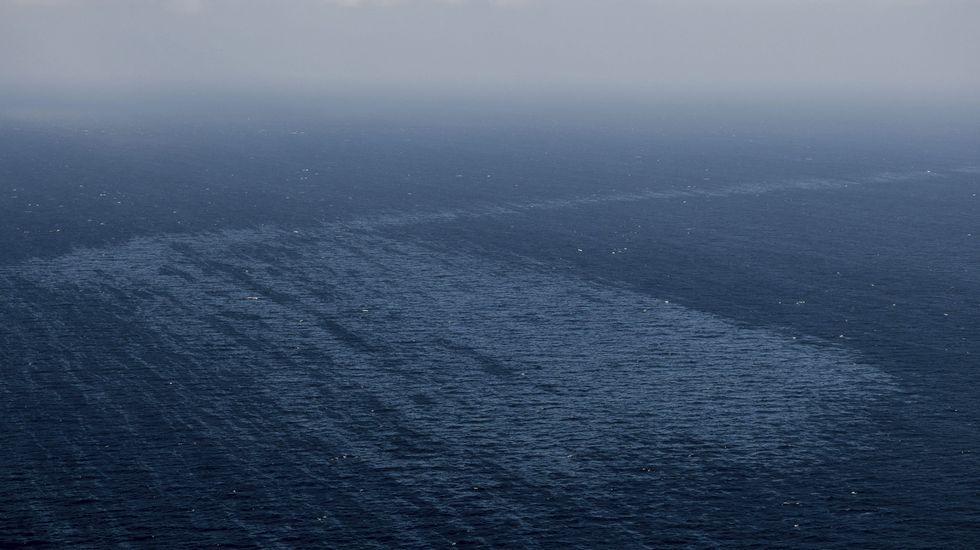 Greenpeace sobrevuela el vertido del «Oleg Naydenov».Fotografía facilitada por Greenpeace del vertido de fuel del pesquero ruso Oleg Naydenov, localizado a 2.700 metros de profundidad y a 15 millas (24 kilómetros) del sur de Gran Canaria